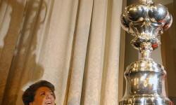 """V12. VALENCIA.12/04/05.- La alcaldesa de Valencia, Rita Barberá, observa la """"jarra de las cien guineas"""", nombre con el que se conoce al trofeo que acredita al campeón de la Copa del América, expuesta hoy en el Ayuntamiento, donde ha presentado el acto de bienvenida al equipo Alinghi,vigente campeón de la Copa del América. EFE/J.C.CARDENAS."""