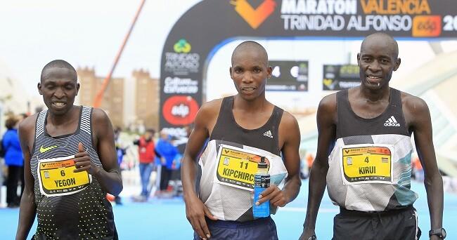 Los tres primeros clasificados en el Maratón Valencia. (Foto-Manuel Molines).