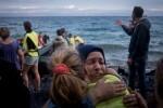 migrantes-procedentes-de-siria-iraq-y-afganistan-son-recibidos-por-voluntarios-al-desembarcar-en-la-isla-griega-de-lesbos-foto-de-archivo-unicef-ashley-gilbertson