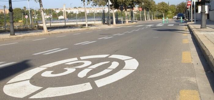 se-ha-limitado-la-velocidad-a-30-km-h-y-se-ha-reordenado-el-estacionamiento