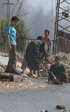 un-grupo-de-ninos-juega-alrededor-de-una-tuberia-de-agua-danada-por-los-combates-en-un-barrio-en-el-este-de-alepo-siria-foto-unicef-ismail-abdulrahman