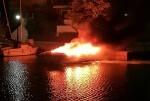 una-embarcacion-queda-calcinada-por-un-incendio-en-port-saplaya
