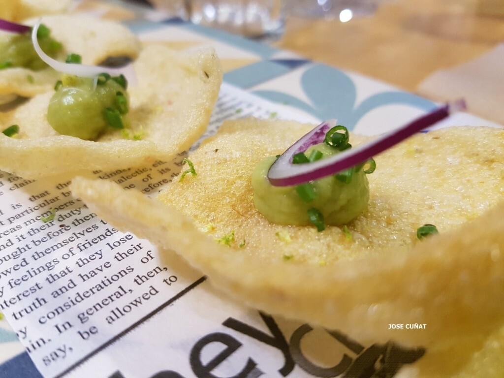 snack-consistente-en-un-crujiente-de-mandioca-picante-con-lima-y-guacamole-restaurante-julio-verne-en-valencia-2