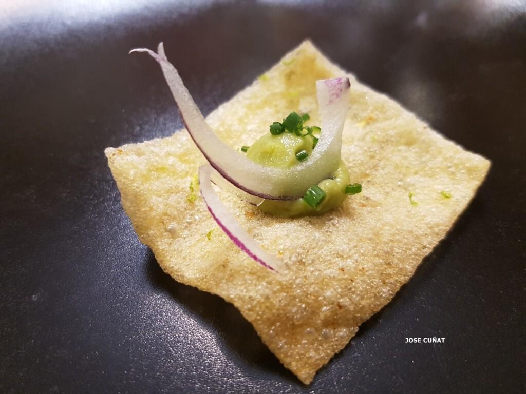 snack-consistente-en-un-crujiente-de-mandioca-picante-con-lima-y-guacamole-restaurante-julio-verne-en-valencia-4