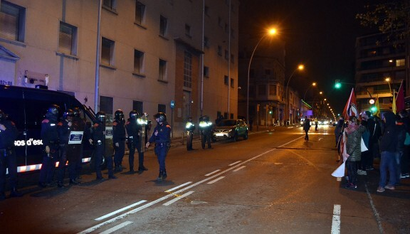 El cordón de Mossos protegiendo el cuartel de la Guardia Civil | Pedro Fontanals
