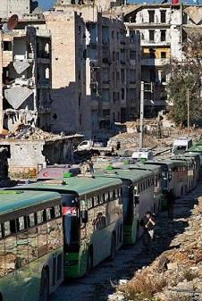 buses-y-ambulancias-avanzaban-hacia-el-enclave-sitiado-para-recoger-a-los-evacuados