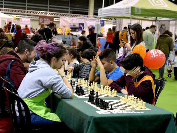 instantanea-de-las-mesas-habilitadas-para-el-juego-en-el-stand-de-ajedrez