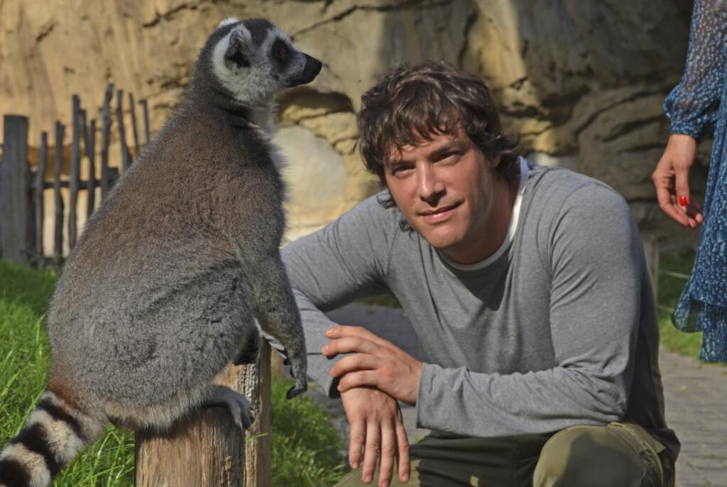 masterchef-junior-4-jordi-cruz-cara-a-cara-con-un-lemur-de-cola-anillada-en-bioparc-valencia