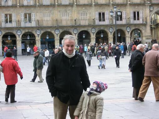 Nadia y su padre en una imagen colgada en la página de Facebook de la asociación que recauda fondos para la niña.
