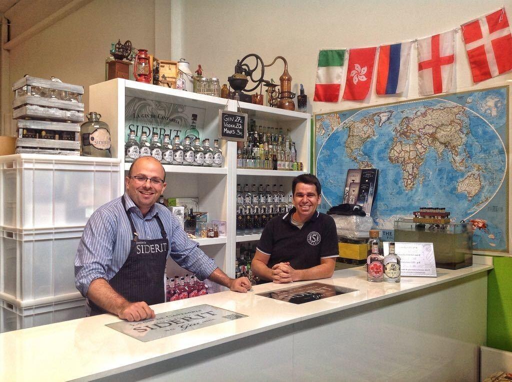 Rubén Leivas y David Martínez Prieto en su destilería de Torrelavega EL TOMAVISTAS DE SANTANDER