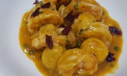 Alcachofas reogadas con gambas y caldo de pescado y crujiente de jamón arroceria la plaza (63)