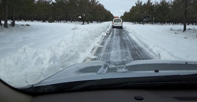 Efectivos de la Diputaciòn despejan nieve de una carretera.