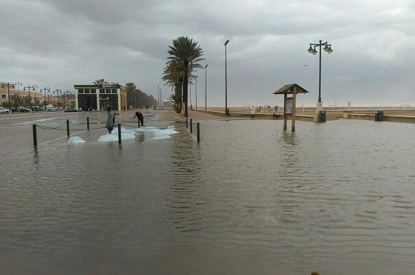 El temporal de lluvia y viento ha dejado importantes desperfectos en las playas de la ciudad.