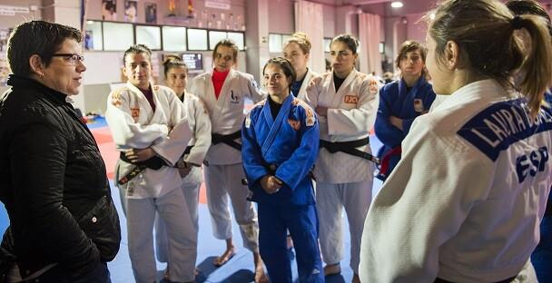 Isabel García, felicita a las judokas campeonas de Europa en una concentración con la Selección Española en Valencia. (Foto-Abulaila).