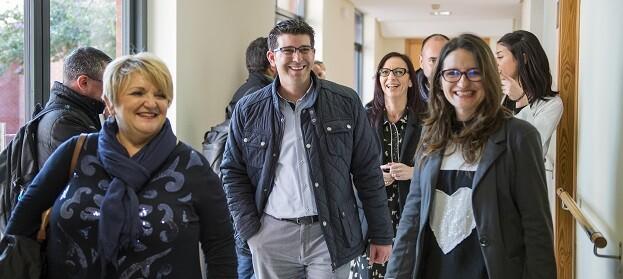 """Jorge Rodríguez y Mònica Oltra coinciden en la necesidad de """"dignificar la atención a la enfermedad mental"""" y sacar el máximo partido a los recursos existentes (Foto-Abulaila)."""