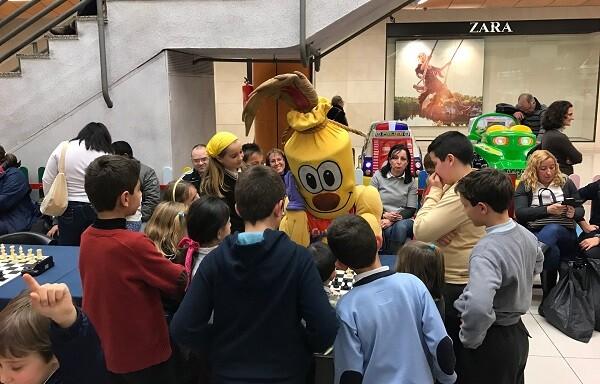 La mascota se atrevió a jugar con los participantes.