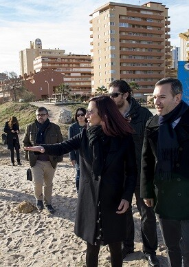 La vicepresidenta, Maria Josep Amigó, ha visitado la playa de Tavernes de la Valldigna acompañada por el alcalde, Jordi Juan. (Foto-Abulaila).