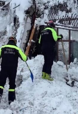 Miembros de rescate en el hotel Rigopiano.