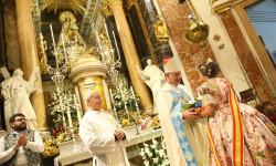 Ofrenda a nuestra Patrona la Virgen de los Desamparados de las falleras mayores (1)