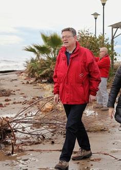 Puig en su visita a la playa de Almenara.