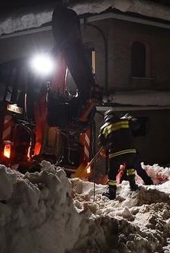 Rescatistas abriendo un hueco en el hotel sepultado. (imagen de tv).