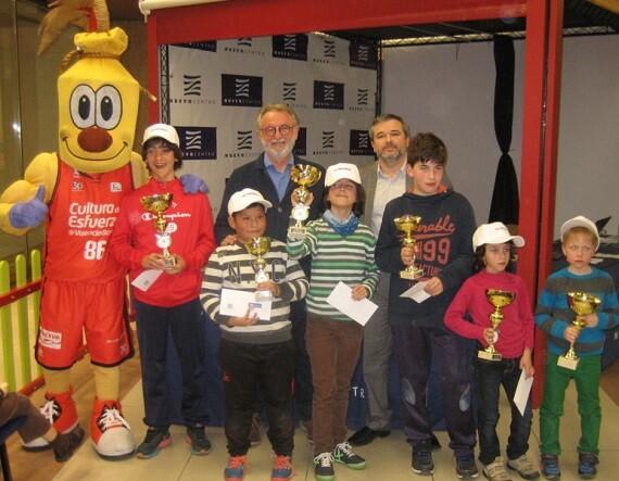 Todos los premiados de la jornada del 12 de enero junto a la mascota del Valencia Basket, David Mazcuñan y Vicente Gil.
