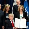 Trump aprueba con su firma la construcción del muro en la frontera con México.