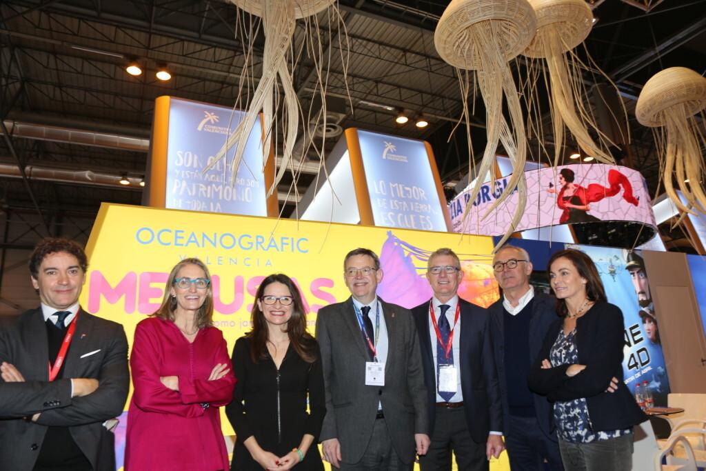 Ximo Puig y Mónica Oltra visitan el stand de L'Oceanogràfic, en Fitur