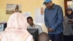 ©ACNUR/UNHCR/Modesta Ndubi. El Enviado especial de ACNUR, Mohamed Abdi Affey (de pie), escucha a una refugiada somalí en Dadaab, Kenia, que ha optado por retornar a su país bajo un programa de repatriación voluntaria.