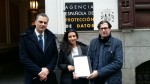 De izquierda a derecha, Javier Ortega, secretario general de VOX, Rocio Monasterio, presidenta de VOX Madrid y Pedro Fernández, vicesecretario jurídico de VOX, hoy en Madrid frente a la Agencia Española de Protección de Datos