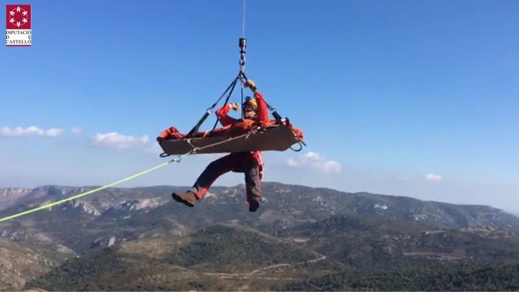Bomberos de Castellón rescatan a un hombre de 51 años tras caer en la cueva de Cerdaña