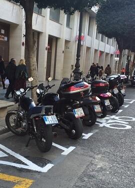Con esta operación se liberarán definitivamente del tráfico y aparcamiento de motos unas aceras por las que a diario circulan decenas de miles de personas.