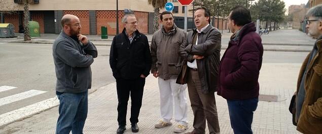 El concejal escucha las reivindicaciones del Gremio de Artistas Falleros.