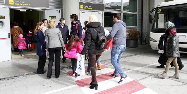 El grupo está integrado por 19 hombres, 12 mujeres y 35 menores de edad, que serán acogidos en Barcelona, Almería, Castellón, Palencia, Palma de Mallorca, Vizcaya y Madrid.