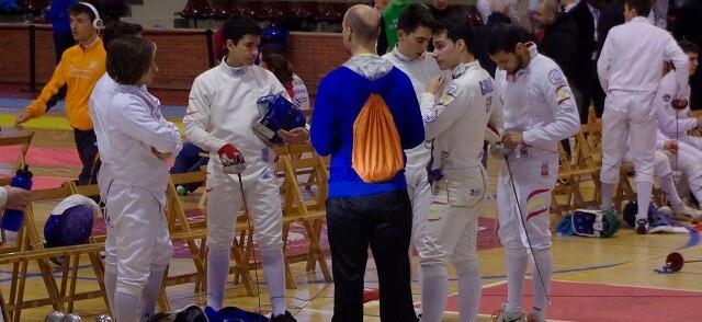 El maestro Orduña dando instrucciones a sus tiradores antes del Torneo.