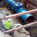 Emivasa instala una válvula de 800 milímetros para mejorar la regulación del agua potable en Valencia.