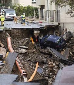 Imagen de una de las calles destrozadas por la troba de agua.