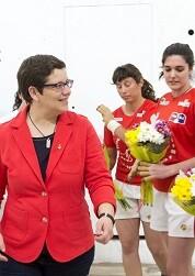 Isabel García asiste a la 1ª partida femenina de raspall en Pelayo. (Foto-Abulaila).
