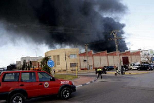 La explosión de una empresa química en Paterna causa un herido y obliga al desalojo del polígono del Fuente del Jarro.