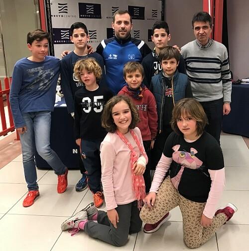 Los alumnos de las Escuelas Deportivas de Ajedrez de Tavernes Blanques junto a su monitor y al técnico municipal Rafa Guilllot.