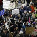 Los musulmanes afectados por el veto migratorio que sean residentes permanentes legales en EE.UU. podrán regresar al país.