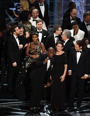 Momento de confusión en la entrega del premio a la Mejor Película.
