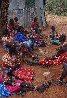 """Mujeres de Samburu, en Kenya, dicen """"no"""" a la mutilación genital femenina en una reunión pública. (Foto- UNICEF-Samuel Leadismo)."""