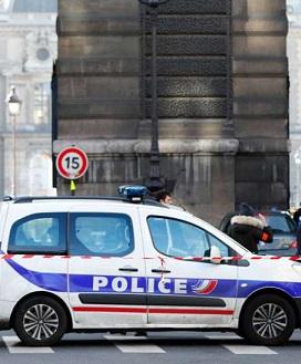 Policías alrededor del museo del Louvre.