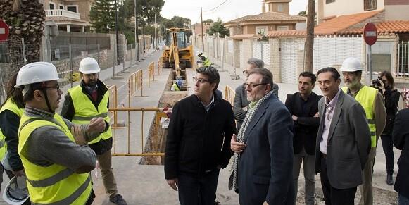Rodríguez destaca que la aportación quiere ayudar a los ayuntamientos a poner en marcha planes que saquen del paro a sus vecinos.