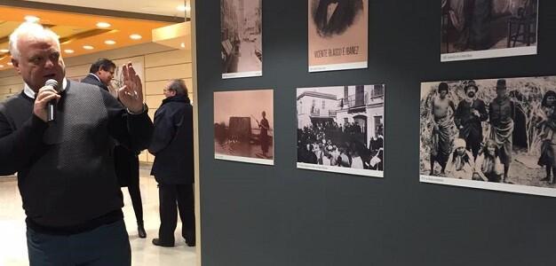 Solaz explica alguno de los contenidos de la exposición perteneciente a sus fondos personales. (Foto-Joana Chilet).
