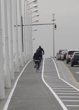 Tiene la particularidad de que cada sentido de circulación se sitúa a un lado de la pasarela peatonal del puente.