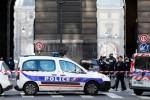 Un hombre armado con un machete ataca a un soldado en el Museo del Louvre y recibe un disparo.