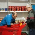 """Voluntarios de CaixaBank y de la Fundación Bancaria """"la Caixa"""" apoyan a Cáritas Diocesana en el reparto de alimentos en la Parroquia de San Miguel de Burjassot."""