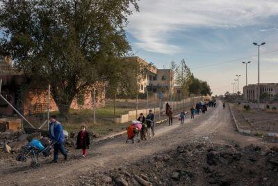 Familias iraquíes huyen del este de Mosul a través del recientemente liberado complejo universitario de Mosul (© ACNUR/UNHCR/Ivor Prickett
